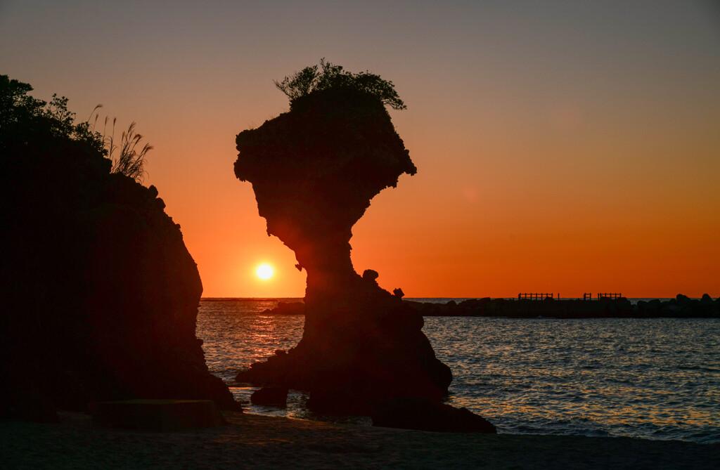 夕日とリンゴ岩