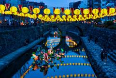 ランタン彩る眼鏡橋の夕暮れ