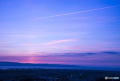 夕空に一筋の雲