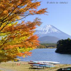 秋彩の湖畔にて