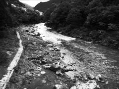 川は流れる