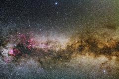 夏の大三角を覆う星間ガス