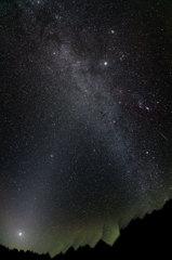 オリオン流星群の夜、夜明け前黄道光の立ちのぼる中で