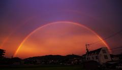夕日に架かる虹