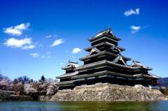 もうすぐ令和の時代を向かえる春の松本城