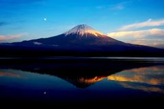 月と逆さ富士。