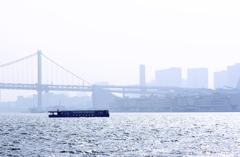 霞む虹橋と屋形船
