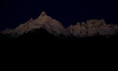暗紺に浮かぶ峰