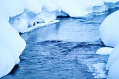 凍てつく小川