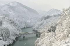 雪の峡谷に朝日差す