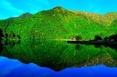 湯の湖、新緑の水鏡。