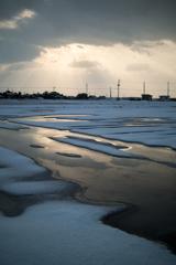 雪と光芒の田んぼ