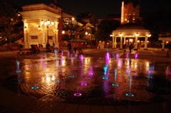 シーの夜景 カラフルな噴水