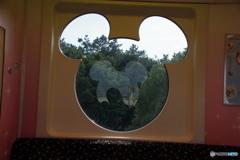 窓の中の影は・・・