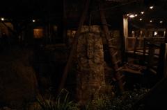 夜の発掘現場