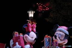 ミッキーとミニーのクリスマスのお買い物! ハートが夜空に!