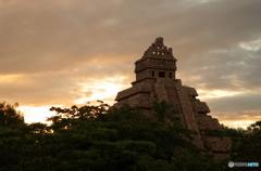 クリスタルスカルの魔宮と夕日