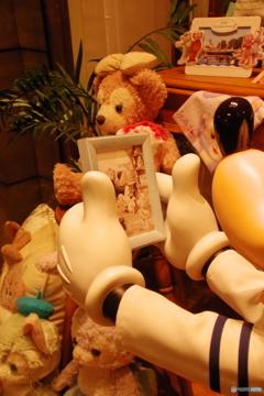 ミッキーが見ている写真の中身は・・・可愛い!!!