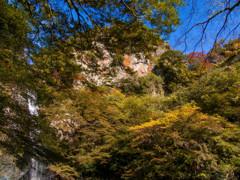 青空と滝と浅い秋の彩・・