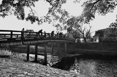 大堰川(おおいがわ)の中島橋に集う釣り人たち
