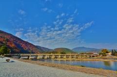 嵐山を背に 渡月橋