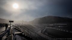 雪と霧中のサーキット