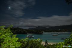 夜明け前の川平湾(金星とオリオンの輝く夜空)