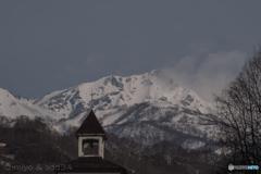 春風は白馬岳の雲を払いました。