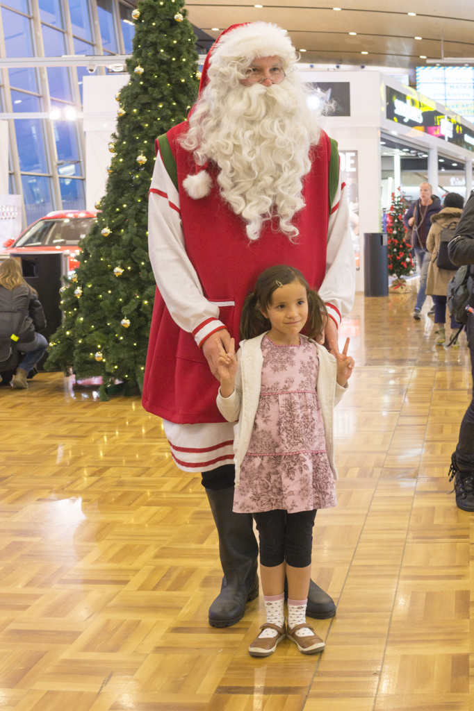 ヘルシンキ・ヴァンター空港で巨人サンタさんに遭遇