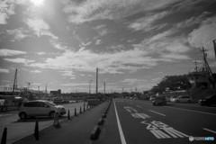 港に続く道