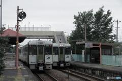 雨の列車交換