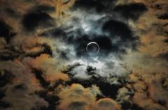 雲間の金環日食