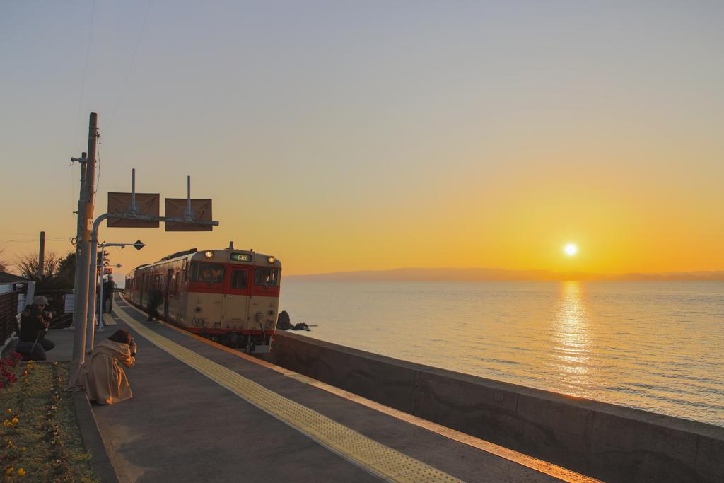 国鉄色列車が通ります 夕陽と列車とカメラ女子