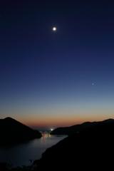 日が沈み月輝く