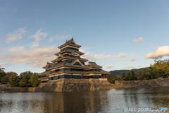 夕日を浴びる松本城