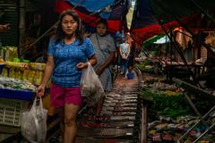 線路脇の市場