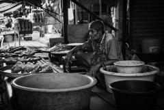 魚を売る老人