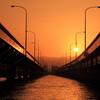 赤く染まる橋と水面