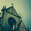 天主堂を見上げる