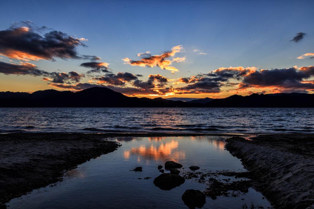 湖上の夕景