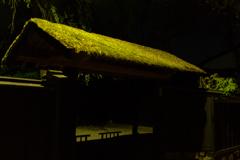 夜の屋敷門