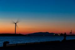 土崎港夕景 風車と釣り人