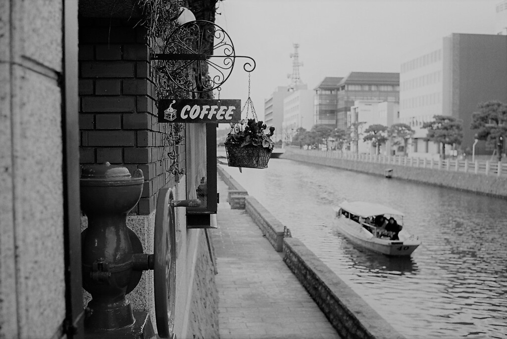川沿いの喫茶店