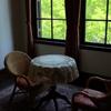 窓辺のイスとテーブル