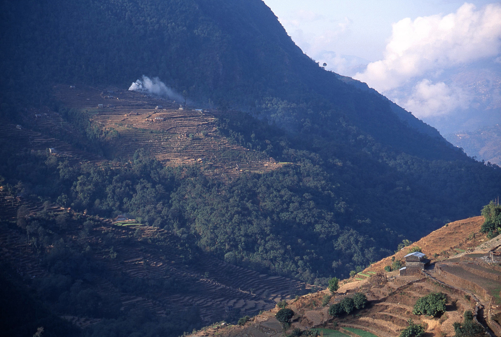 ネパール 煙たなびく段々畑