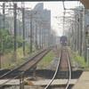 続くレールと迫り来る列車