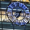 夜の博多シティの時計