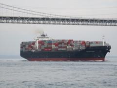 関門海峡を航行する大型貨物船