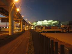 夜の福岡空港と連絡橋