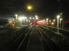 夜の車両基地と信号の明かり